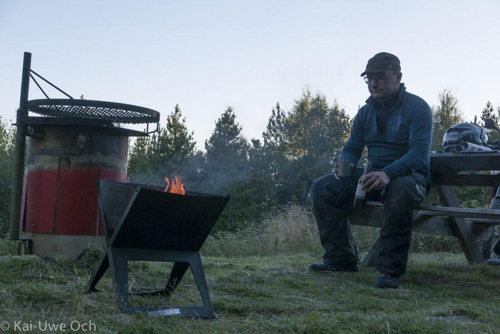 Zutaten für einen perfekten Abend: Lagerfeuer, Wein und die Ruhe mitten im Wald!
